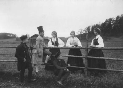 Menn og kvinner i drakt på Norsk Folkemusrum 1903. NF.00657-029