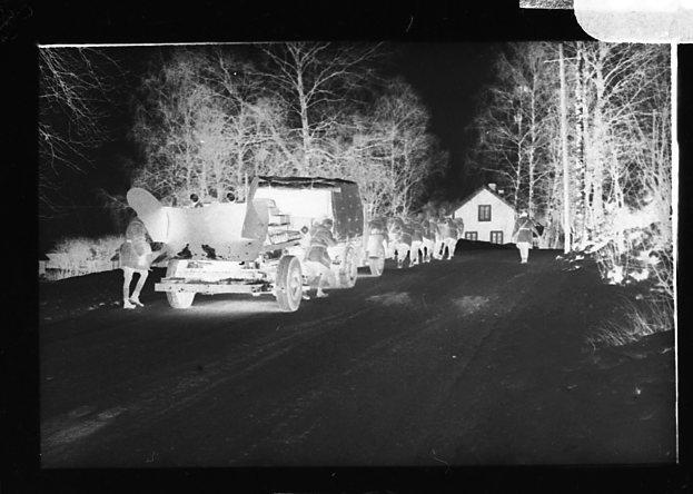 Lastbil med upplastad traktor.
