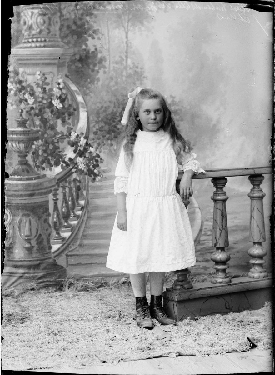 Barnporträtt - en flicka, Östhammar, Uppland 1919