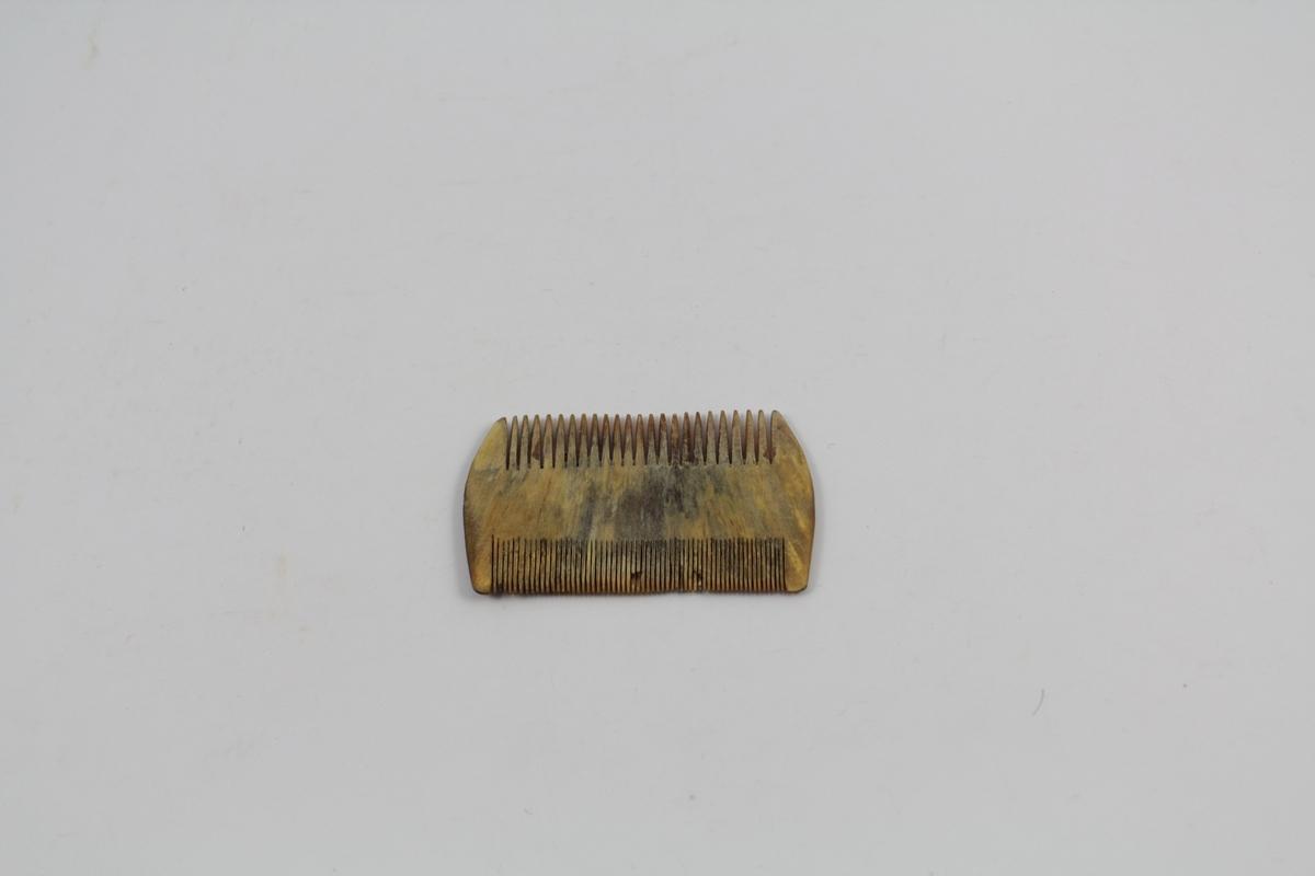 Form: Lagd i ett stk. Grov tindkant langs ene side, finere langs andre side