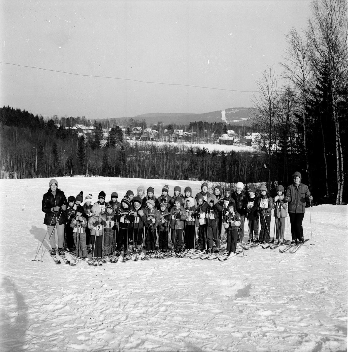 Skidfrämjarnas barnskidskola i Vallsta, Mars 1972