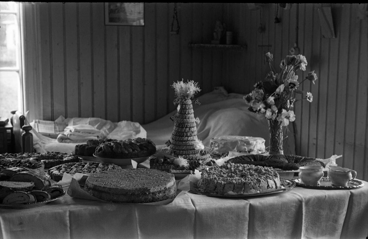 Bord dekket med kaker og nødvendig tilbehør.