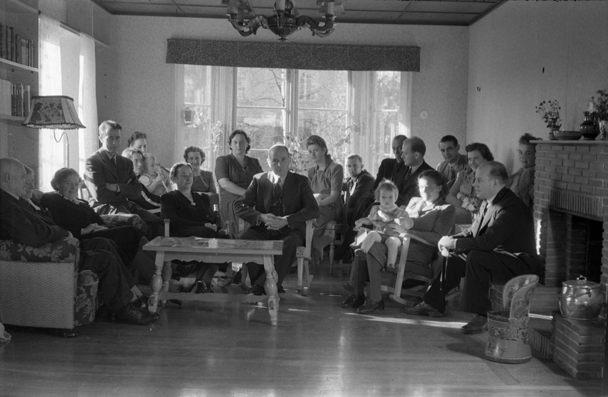 Gruppebilde, trolig tatt i stua hos dr. Torbjørn Lieng (sitter foran til høyre) på Lena. De øvrige personene er ikke identifisert. Seks bilder.