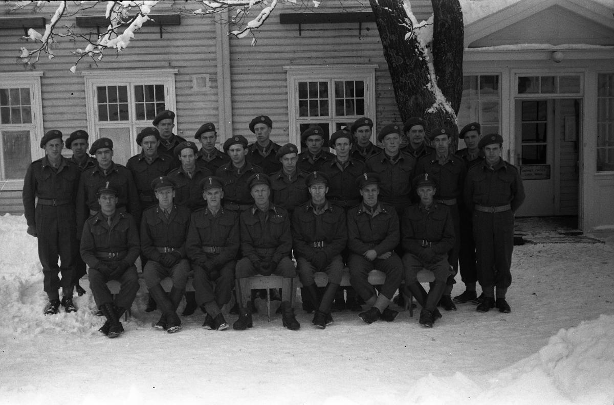 En gruppe befal, vesentlig fenriker, foran messa ved Hærens Hesteskole på Starum rundt årsskiftet 1950/51. Noen av de som sitter foran er identifisert. Fra og med nummer tre fra venstre: Sverre Norli, Bjart Ording, Finn Gjestvang, Nils Sundby, Ottar Markeng. Seks bilder.