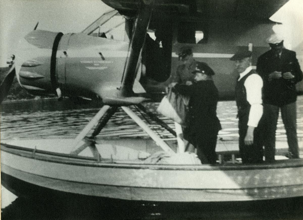 Post lastes inn i sjøfly på ruten Tromsø - Kirkenes 1938.