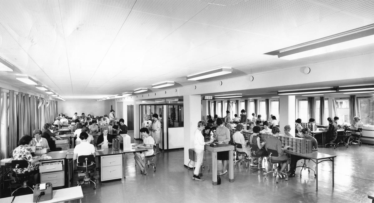 Kvinner i arbeid ved Postgirokontoret.