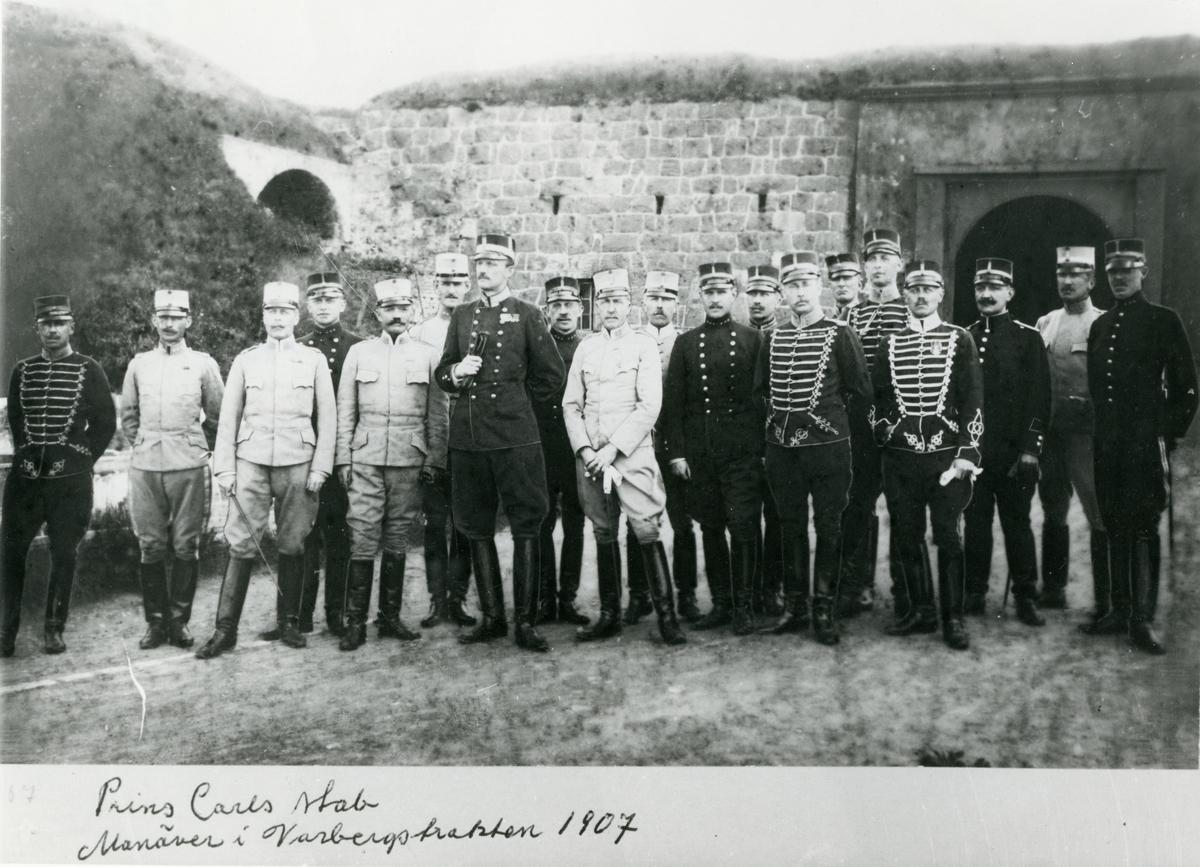 Grupporträtt av prins Carl med stab. Manöver i trakten Varberg 1907.