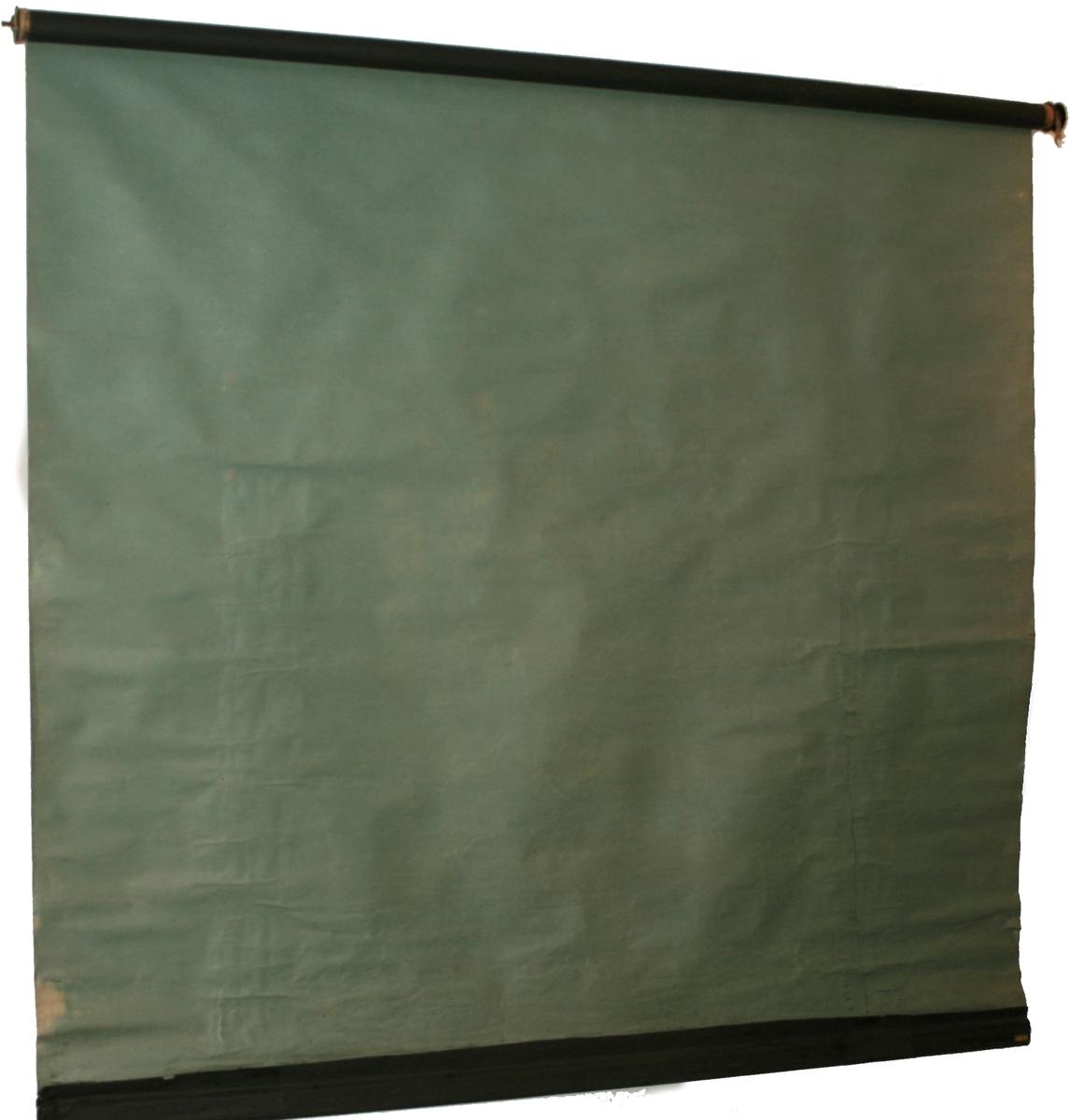 Rullgardiner av sort  papir, lyst grønnlige på den andre side. Tykt papir, festene har takkete endestykker, virker alderdommelige og er ikke fra siste krig.
