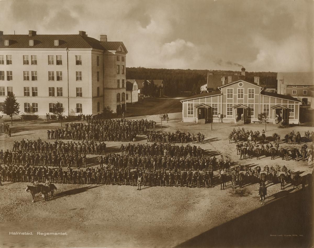 Regementet samlad på kaserngården i Halmstad.