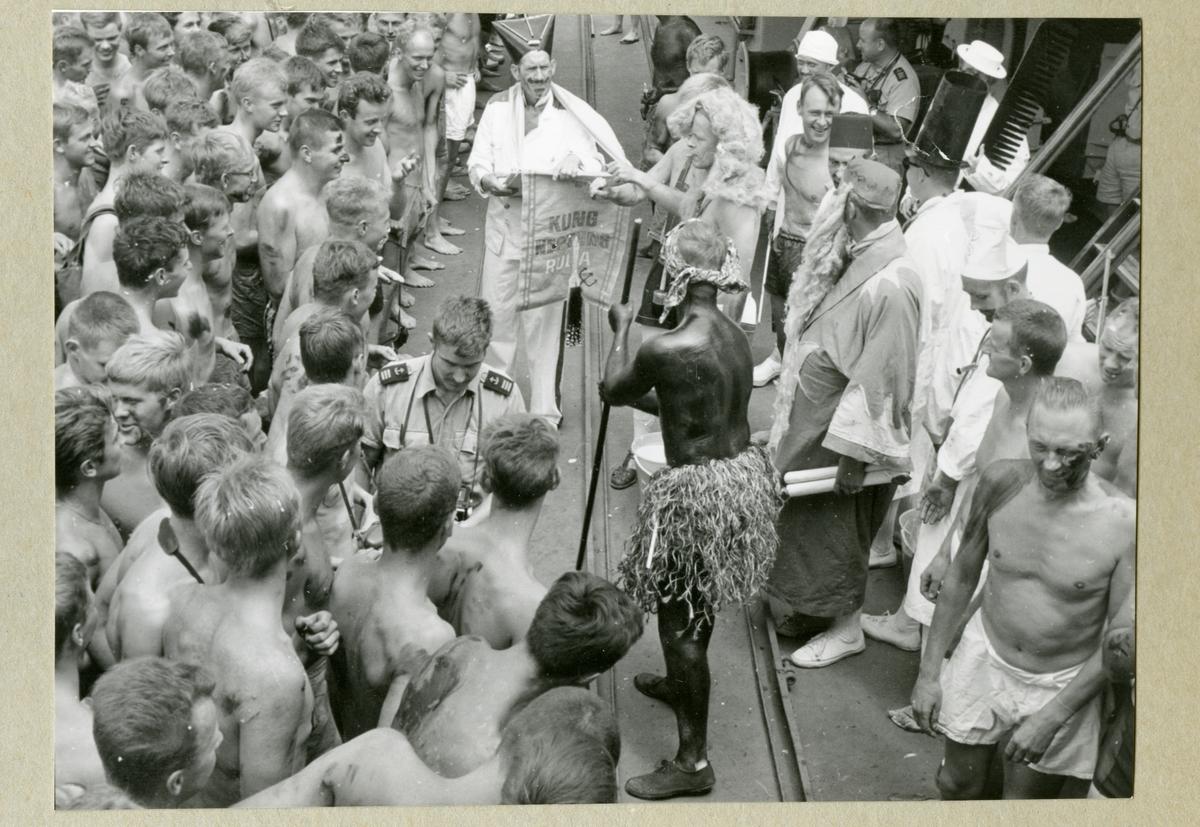 Bilden föreställer ett linjedop där minfartyget Älvsnabbens besättning har samlats barbröstade kring en man utklädd till kung Neptun. Kring honom står ytterligare män som är utklädda till kungens hov. Däribland syns Oskar Linde utklädd till sekreterare. Bilden är tagen under långresan 1966-1967.