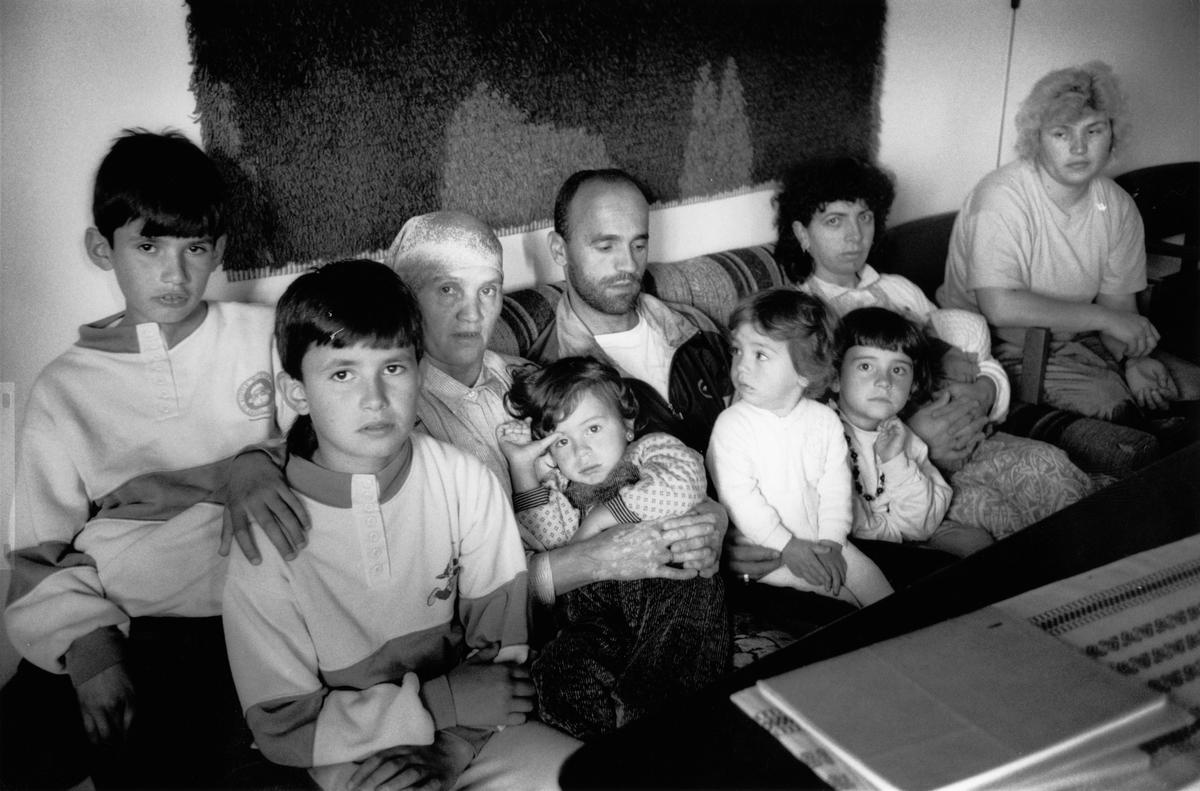 Bilder av en familie fra Kosovo i Greverud kirke. Første og andre bilde: Halim og Fatmir Qerkinaj med familien i bakgrunnen. Tredje bilde: Gruppebilde av familien Qerkinaj.