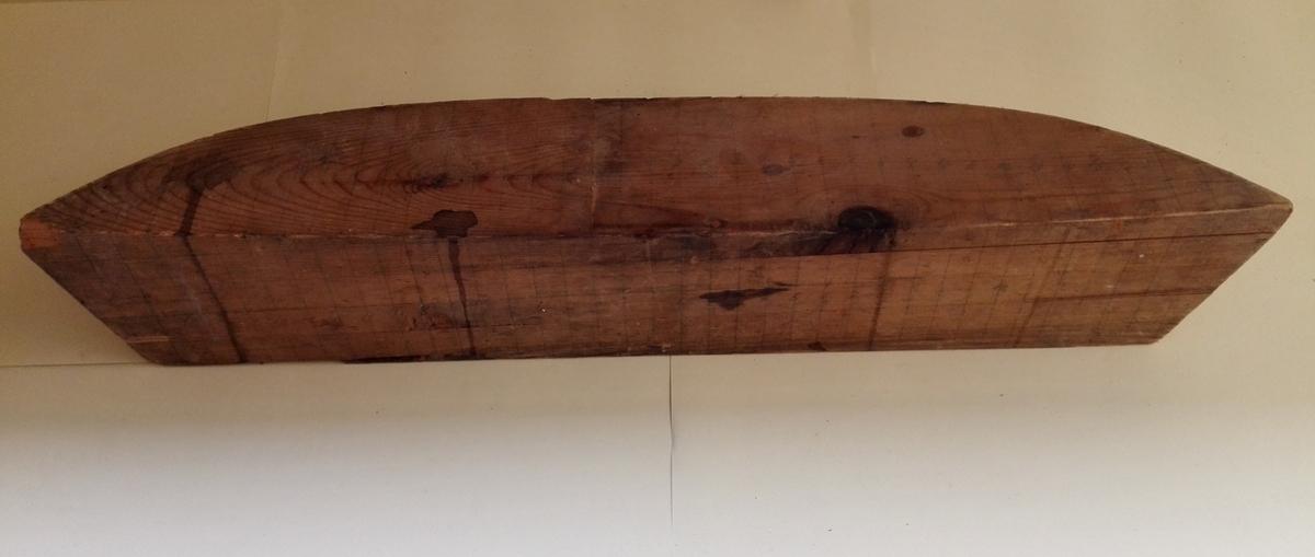 """Halvmodell (babord side) av ukjend båt, truleg ei såkalla """"flakaskute"""". Spant er teikna inn med blyant og mummerert."""
