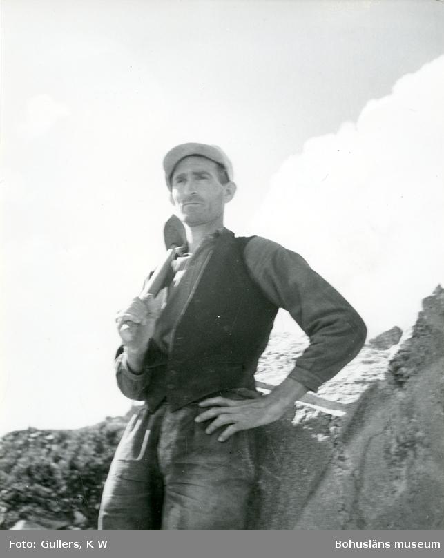 Porträtt av stenhuggare med en slägga vilande på axeln