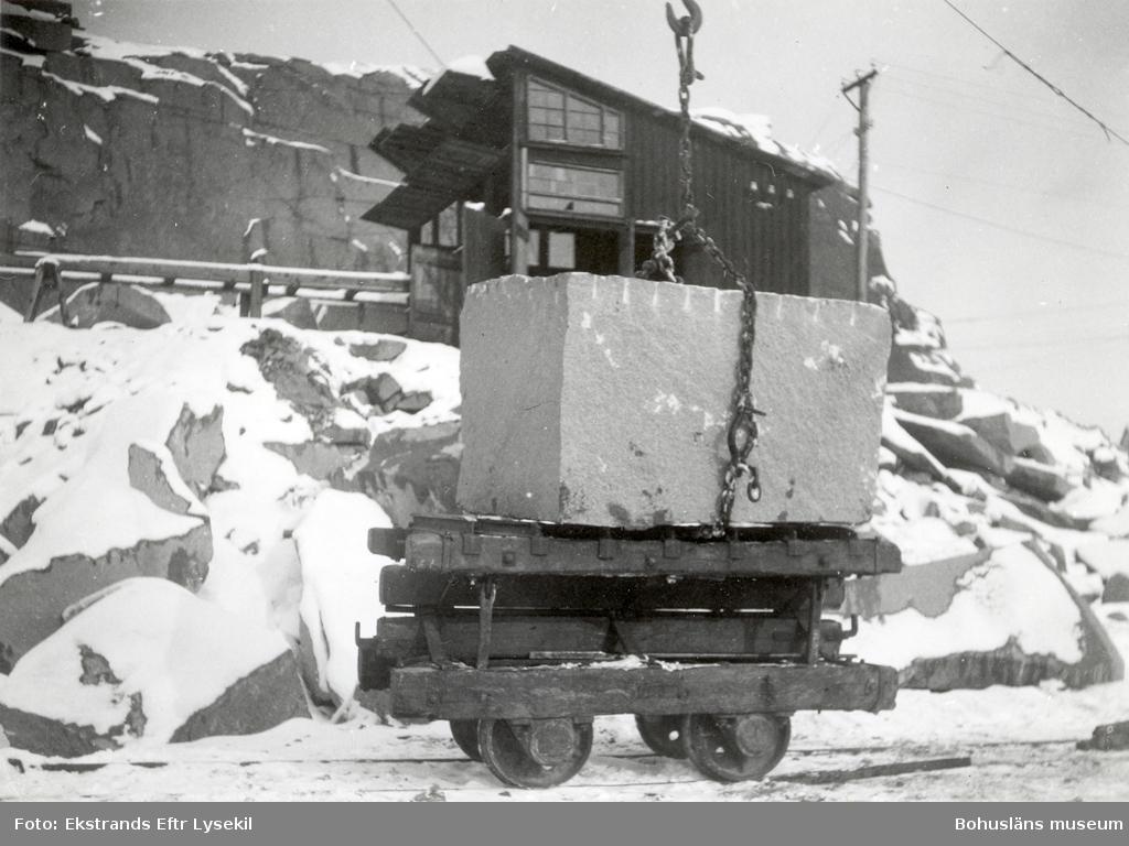 Stenblock som lastats på vagn med hjälp av lyftkran