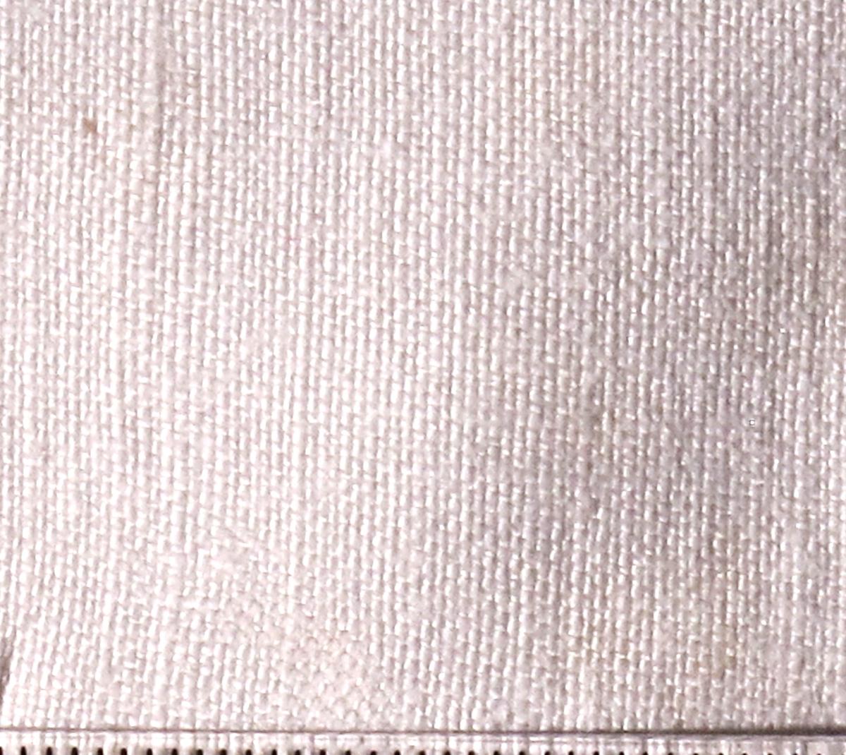 Rektangulært stykke, jare langs langsidene, faldet kant nederst, dobbelt list øverst mot pynteblonde.