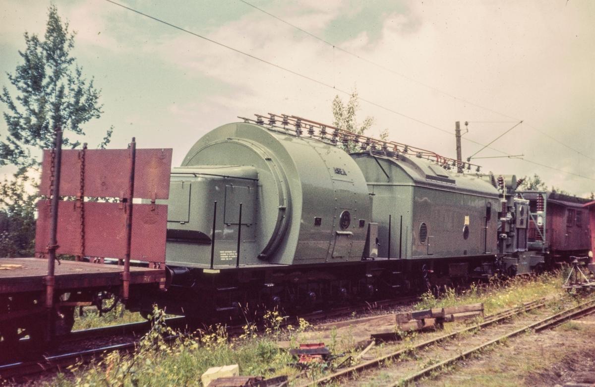 Transport av omformere for NSBs el.anlegg passerer ved Bingsfoss mellom Blaker og Sørumsand.
