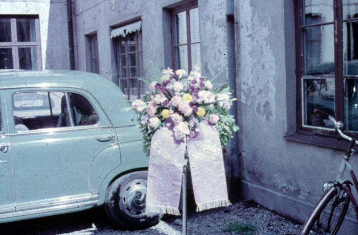 Sorgbukett med band. Märtha Forsbergs Blomsteraffär på Nygatan 10, Gävle.