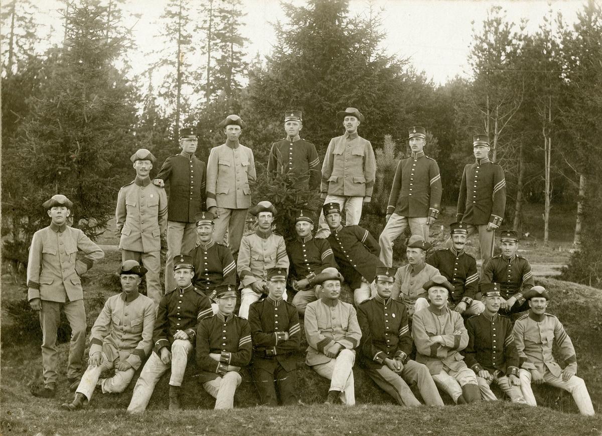 Grupporträtt av soldater vid Västgöta regemente I 6.