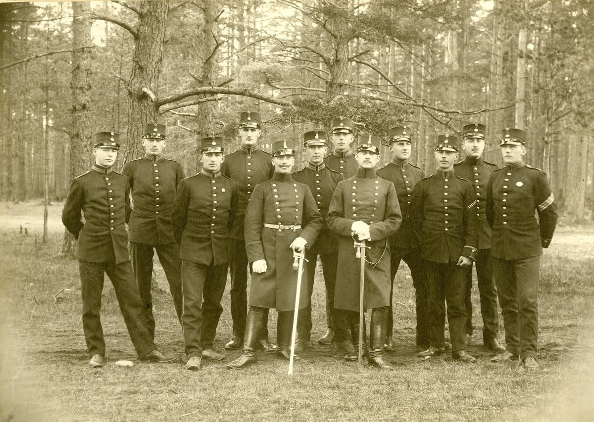 Grupporträtt av soldater vid Västmanlands regemente I 18, Västerås 1905.