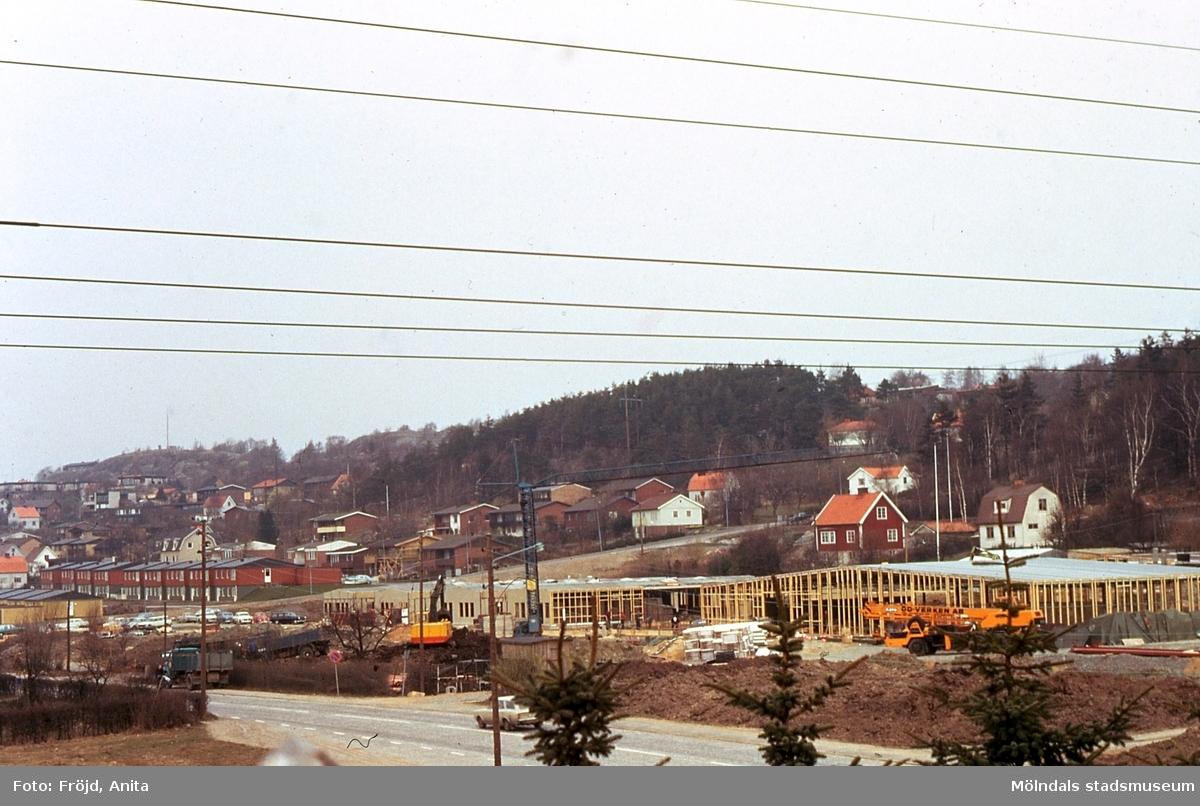 Bebyggelse i Rävekärr, Mölndal, år 1974. Rävekärrsskolan börjar byggas.