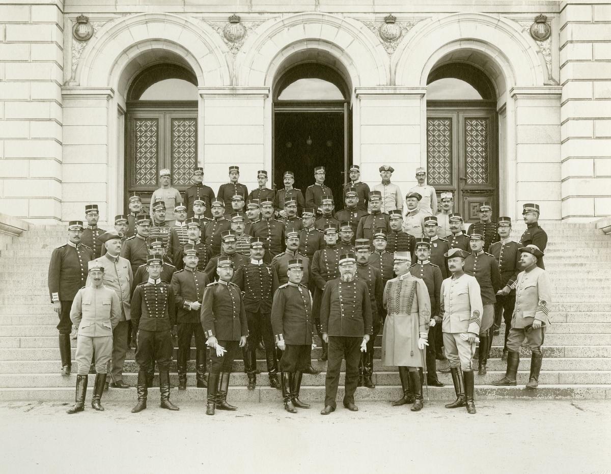 Grupporträtt av officerare vid majorskursen i Uppsala utanför universitetshusets entré 1908.