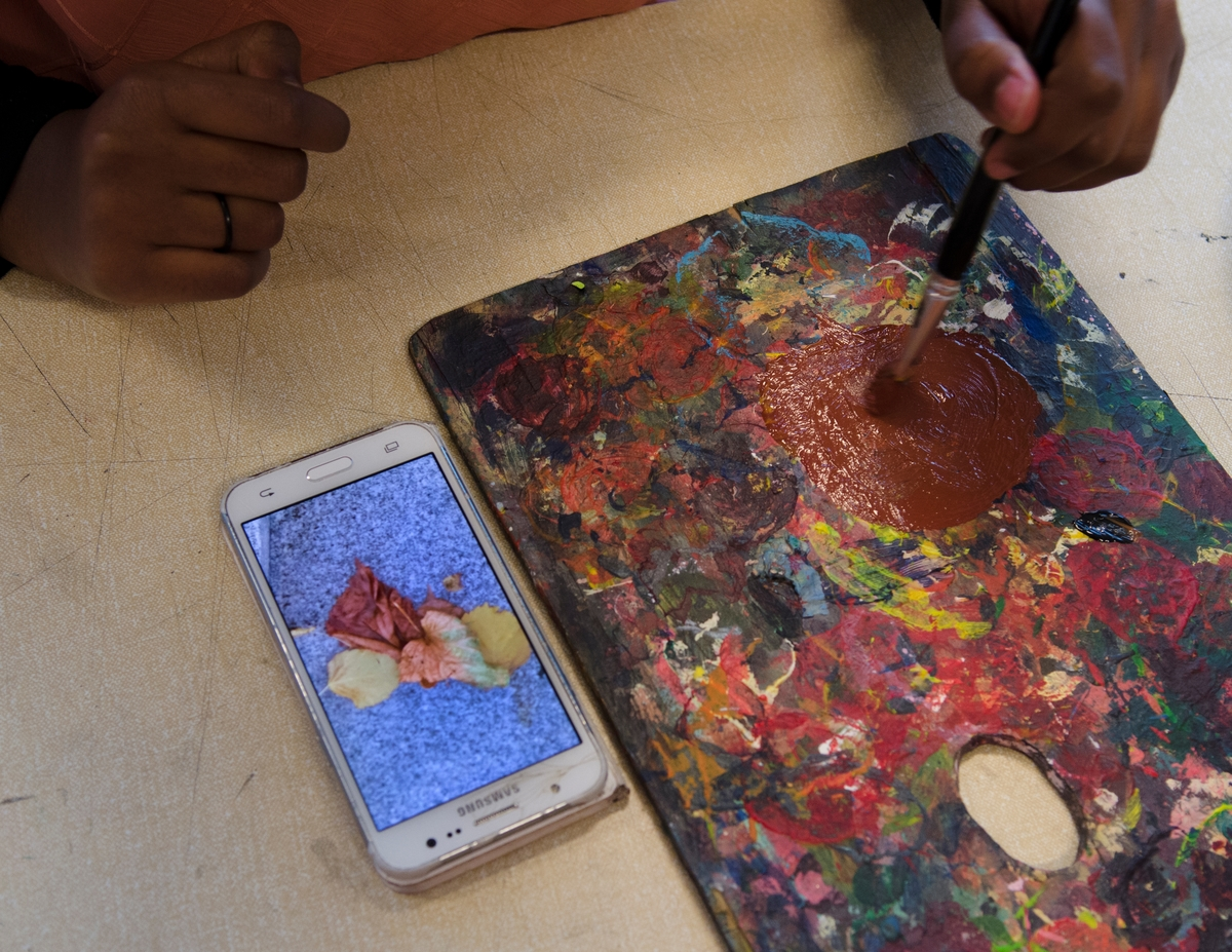 Moi og Salamah skapte et temporært kunstprosjekt sammen med elever i en valgfagsklasse på Ski ungdomsskole. Gjennom de neste ukene skal de se på fargene i byen og landskapet. Kunstnerne ønsket å invitere en gruppe elever til å undersøke Ski gjennom farger. Målet er at de vil se sin hjemby med nye øyne og at vi sammen kan skape nye fortellinger om Ski. Moi inviterte også kunstnar og forfattar Geir Yttervik til å undervise elevane i Josef Albers' fargelære.
