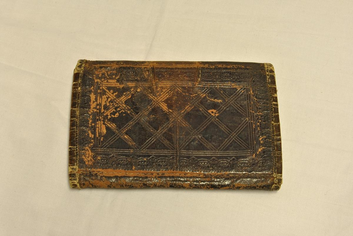 Rektangulær. Gravert mønster i skinnet. 4 lommer.
