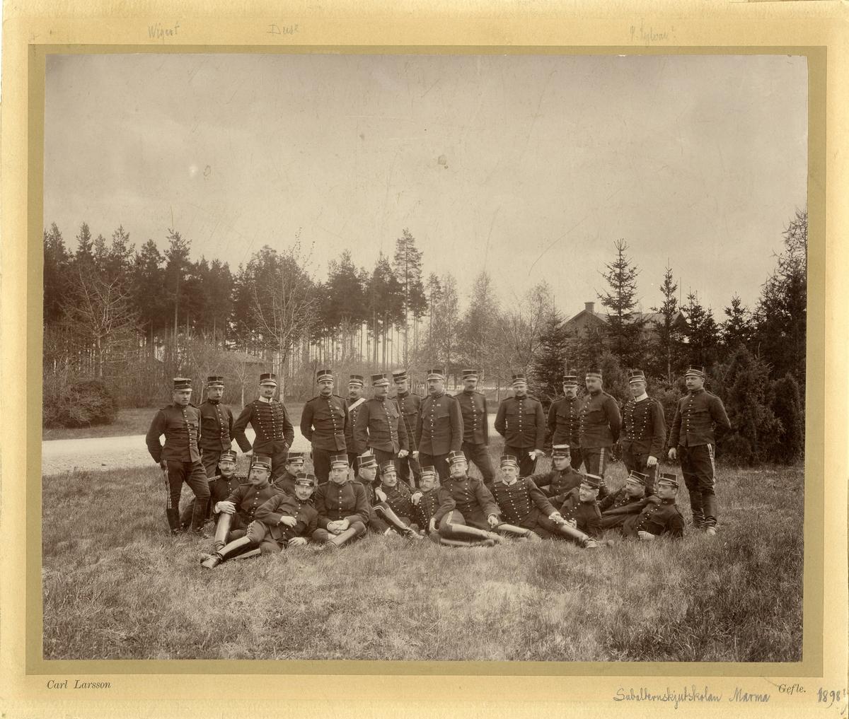 Grupporträtt av officerare vid Subalternskjutskolan på Marma skjutfält 1898.