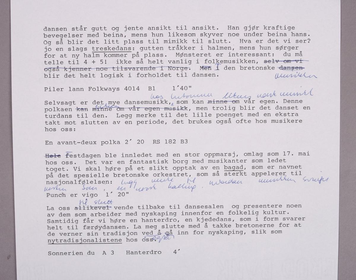 """Grammofonplate i svart vinyl. Plata ligger i en uoriginal papirlomme med plastfôr stemplet """"Angel Records"""".  Ligger også ved et hefte på engelsk som beskriver musikken, et informasjonshefte fra """"Inter groupe Folklores Region Ile De France"""", et tre siders manuskript med tittelen """"Folkemusikk fra Bretagne.  Halvtimes program i P2 sommeren 1988"""", samt et lite notatark (se bilde)."""