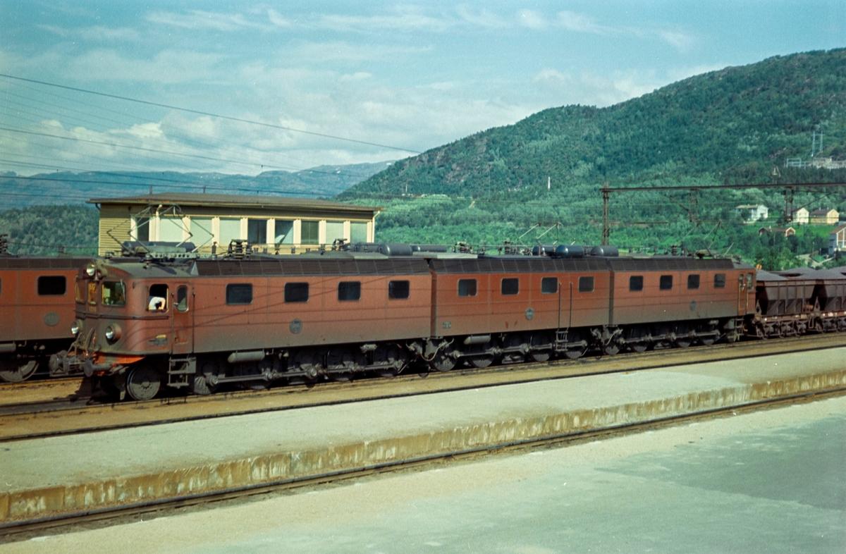 Fullastet malmtog fra Kiruna har ankommet Narvik stasjon. Toget trekkes av Statens Järnvagars elektriske lokomotiv type Dm / Dm3 1215, 1245 (Josefina) og 1216.