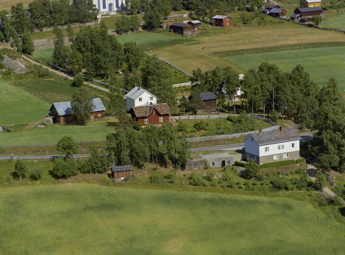 Sør-Fron, Hundorp. Det hvite huset i forgrunnen er eiendommen Onstad. På andre siden av vegen ligger Haugan