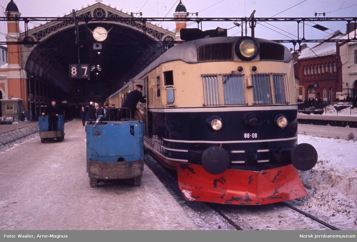 Motorvognsett type 88, med motorvogn 88 08 fremst, i tog 1201 til Trondheim på Oslo Ø