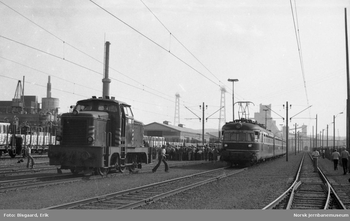 Utfluktstog for Norsk Jernbaneklubb med motorvognsett type 66 på Herøya sammen med diesellokomotiv n