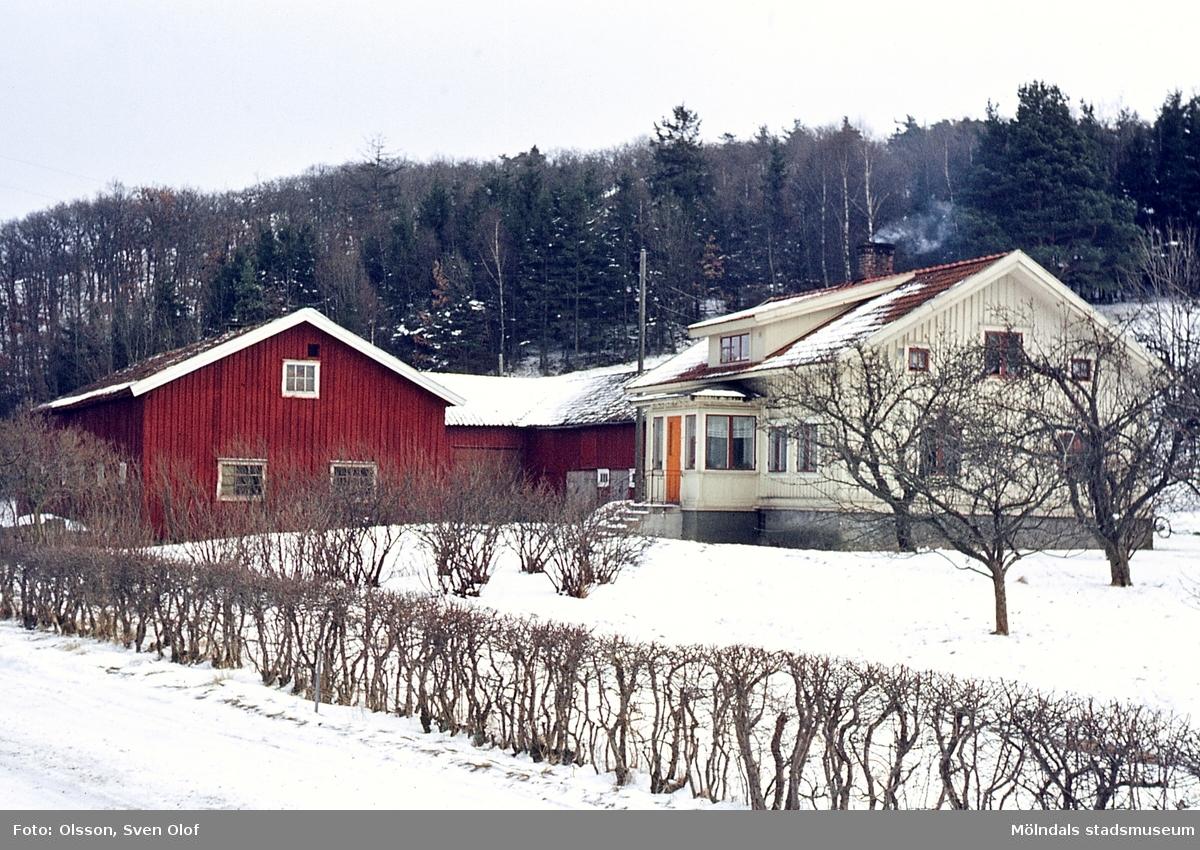 Vintervy mot bebyggelse på gården Kärra Torbjörnsgård 2 i Kärra, Mölndal, år 1967.