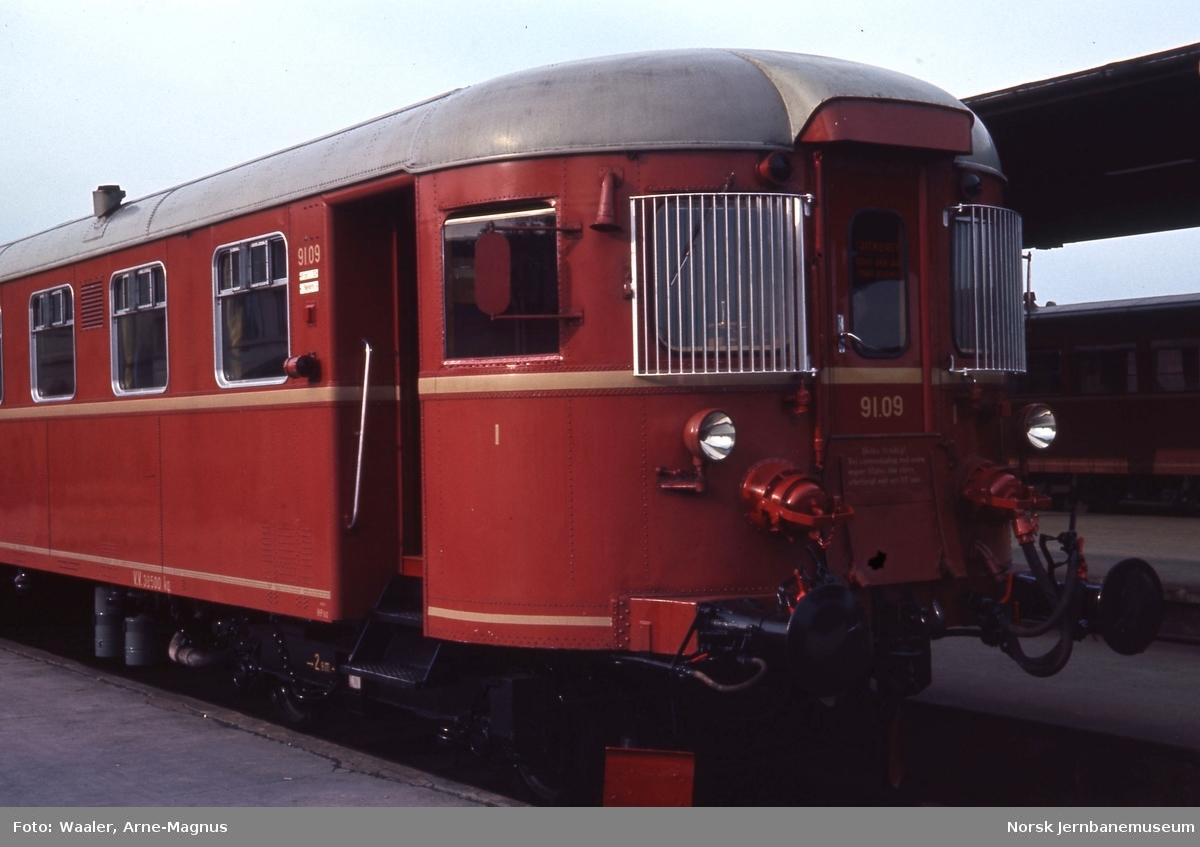 Dieselmotorvogn Bmdo 91 09 på Trondheim stasjon