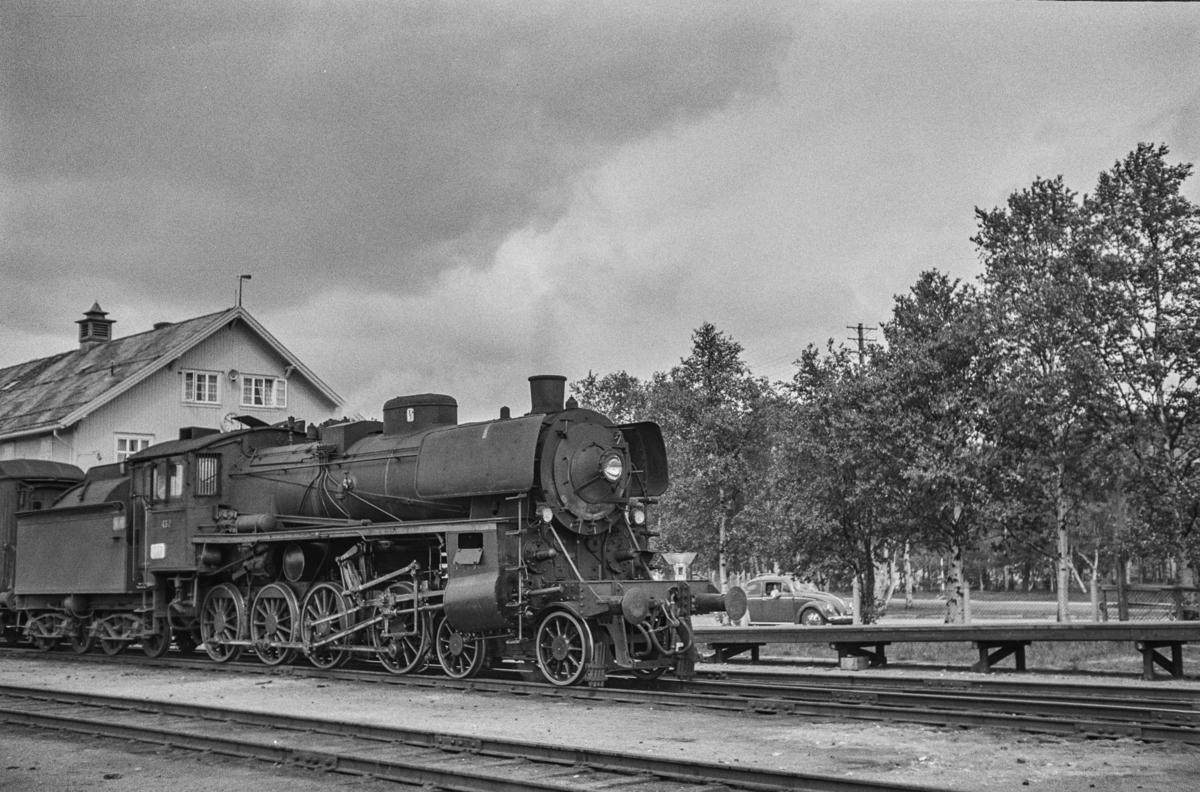 Dagtoget fra Trondheim til Oslo Ø, tog 302, på Røros stasjon. Toget trekkes av damplokomotiv type 26c nr. 432.