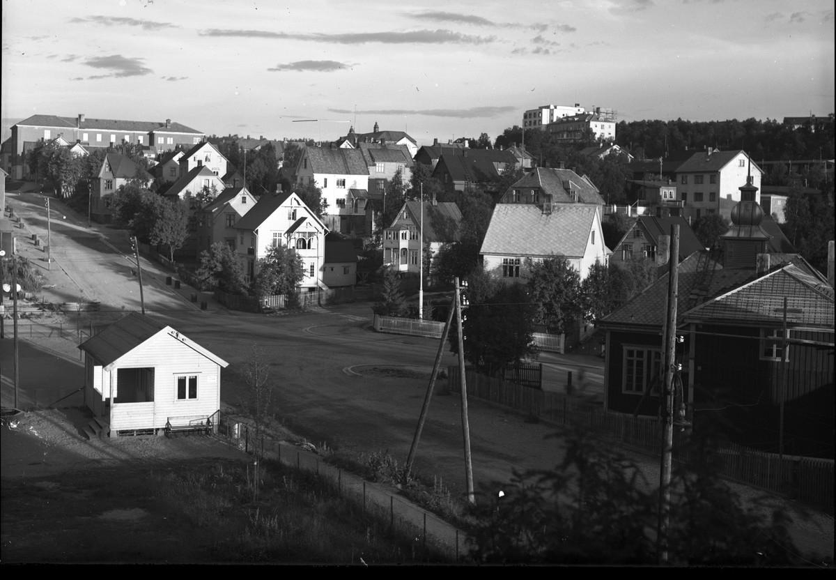 Frydenlund sett fra Tårnveien 28. Opp til vensttre i bildet ser man øverste etasje av Narvik folkeskole (Rødskola). Til høyre i bildet Narvik sykehus.  Barnehagenpå Rønningtomta.