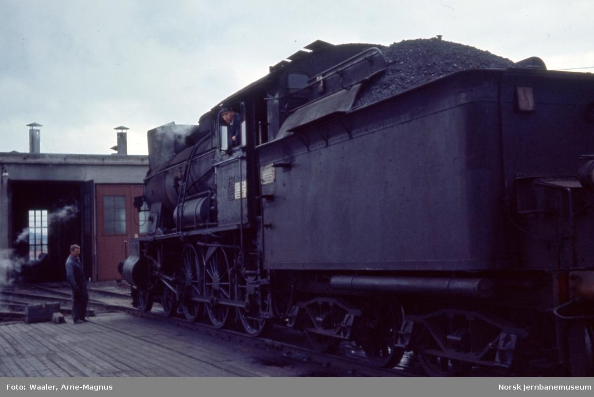 Damplokomotiv type 30b nr. 362 på vei inn i lokomotivstallen på Røros stasjon