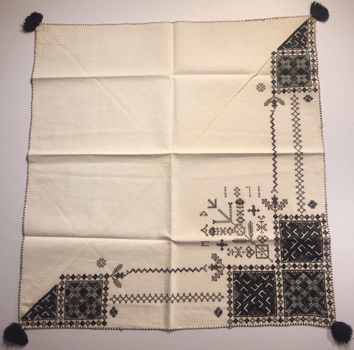 Geometriskt mönster i kvadrater i hörnen, två bårder mellan kvadraterna på ryggsnibb och framsnibbar. På ryggsnibben tre kvadrater och en rikt dekorerad majstångsspira samt märkning med årtal och initialer. På varje framsnibb en kvadrat och en trekant. Åtta ornament.