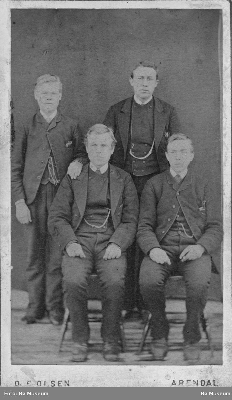 Fire menn: Gregar Nordbø og Hans Sisjord sitjande