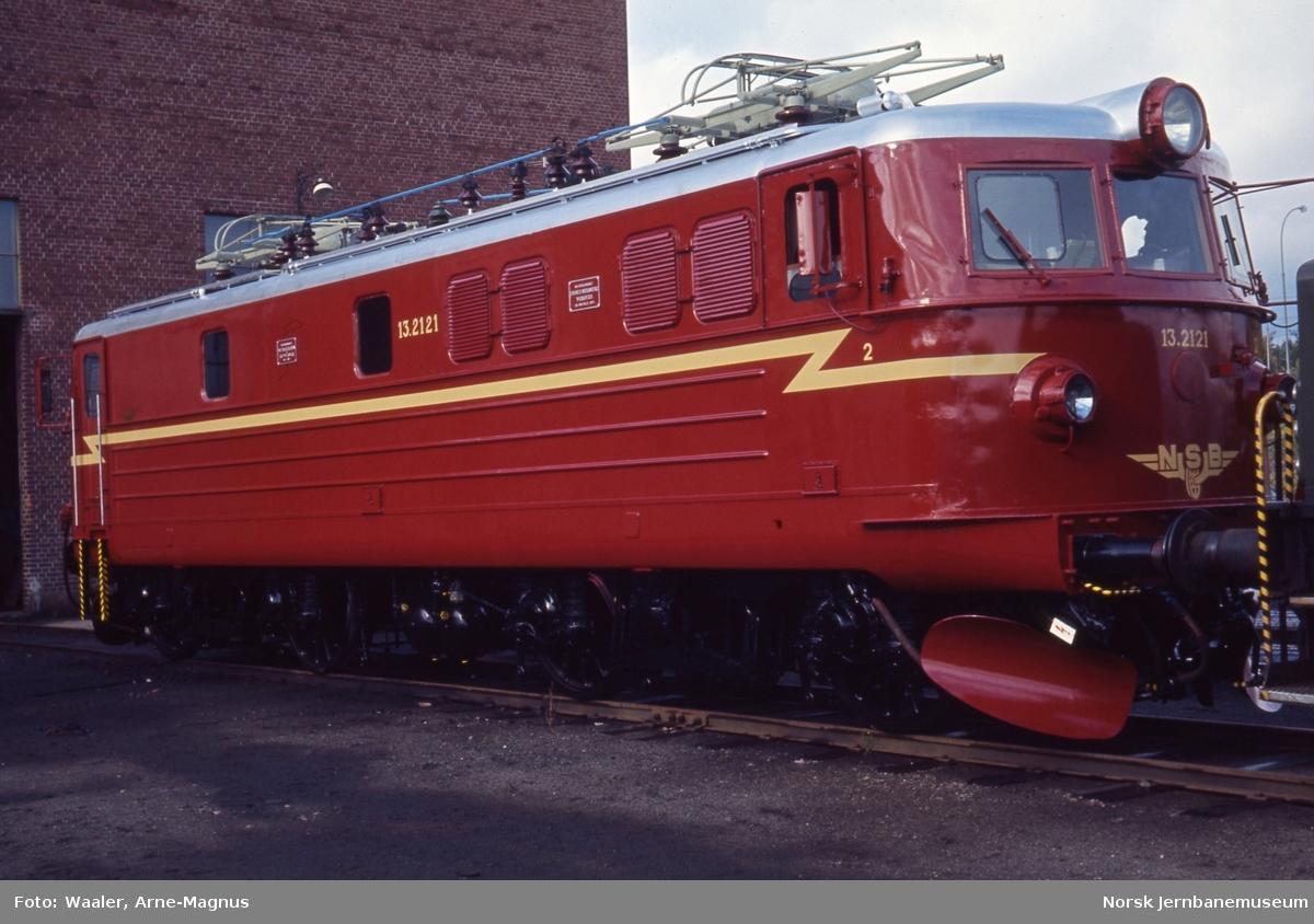Nylakkert elektrisk lokomotiv El 13 2121 på Verkstedet Grorud