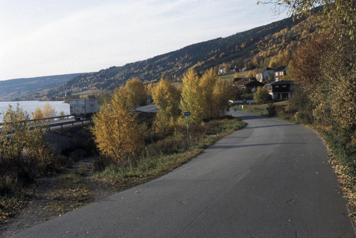 Lillehammer, Vingnes Øyresvika, lokalvegen Vingromsvegen, til venstre E6 og Mjøsa, mot sør