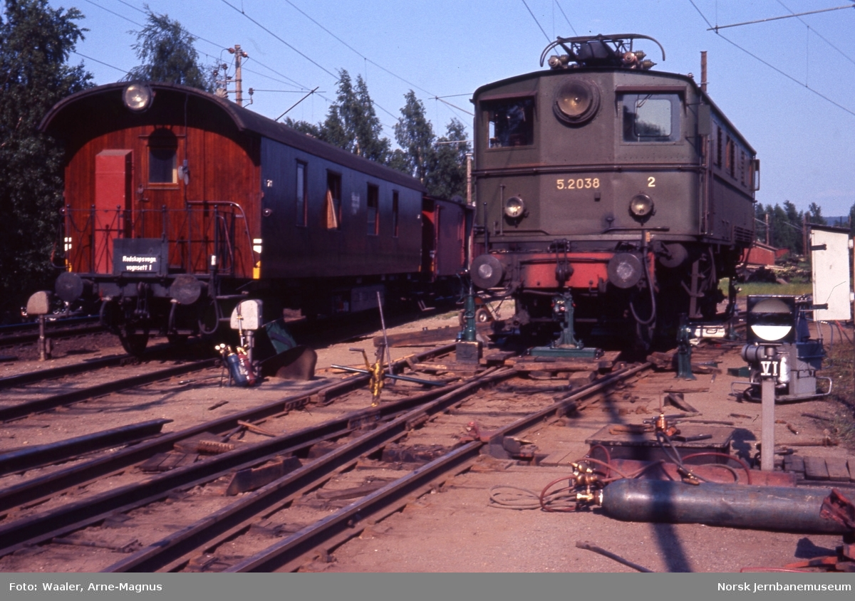 Elektrisk lokomotiv El 5 2038 avsporet på Lillestrøm stasjon - jekking tilbake på sporet - Oslo Øs utrykningstog til venstre
