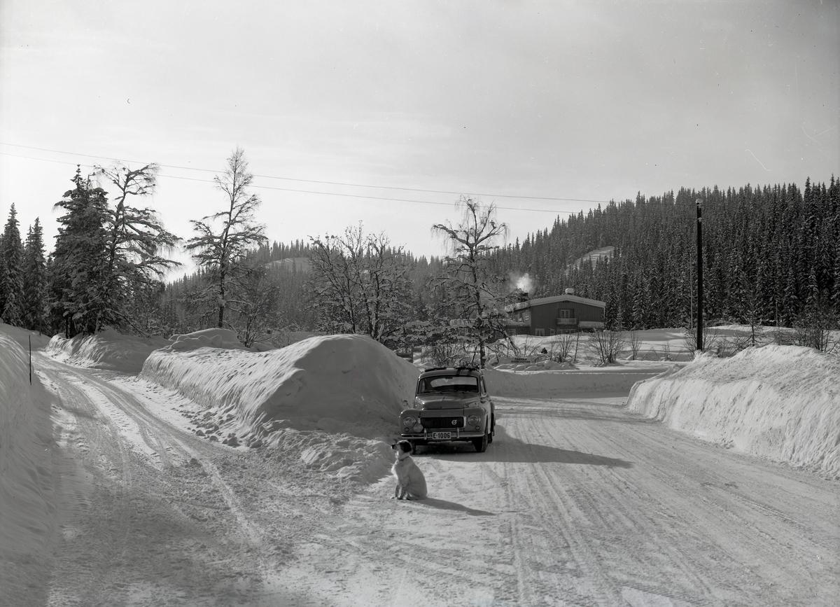 Vegkrysset på Tonsåsen. Vegen til venstre går mot Bagn, og vegen til høyre går mot Fagernes.