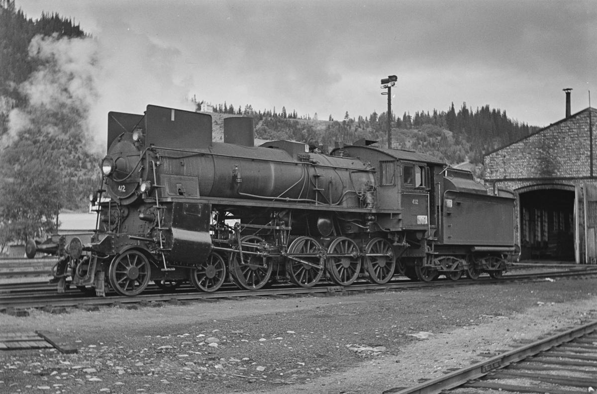 Damplokomotiv type 26c nr. 412 ved lokstallen på Støren stasjon.