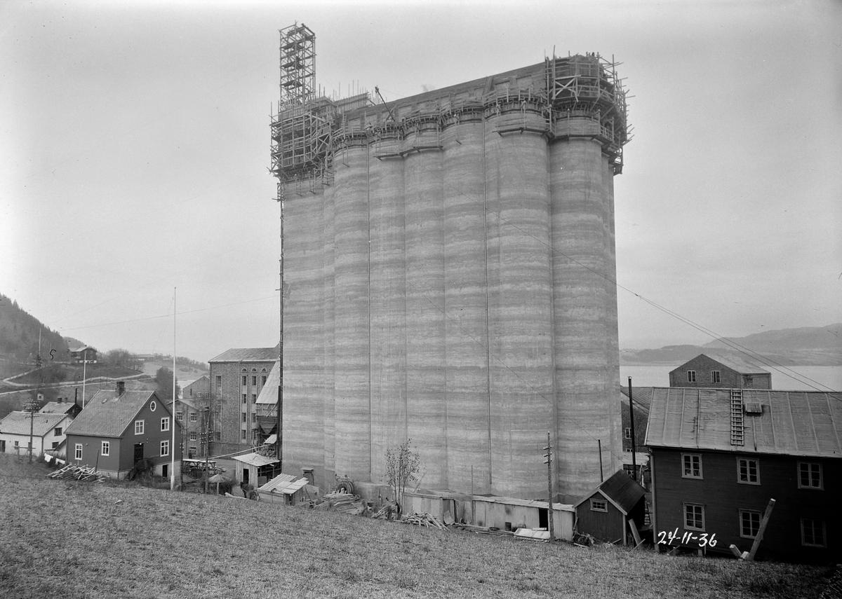 I. C. Piene & Søn i Buvika. Bygging av kornsilo