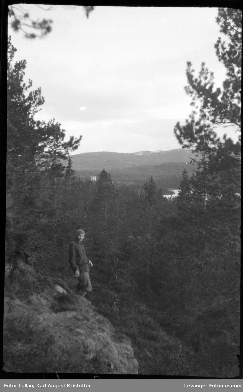Jenny Lullau på skogstur med Karl Lullau.