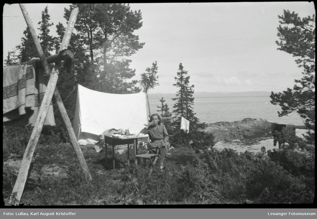 Jenny Lullau på telttur med Karl Lullau, trolig i Kjerknesvågen..