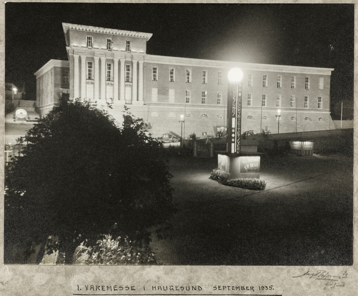 Rådhuset i elektrisk lys.