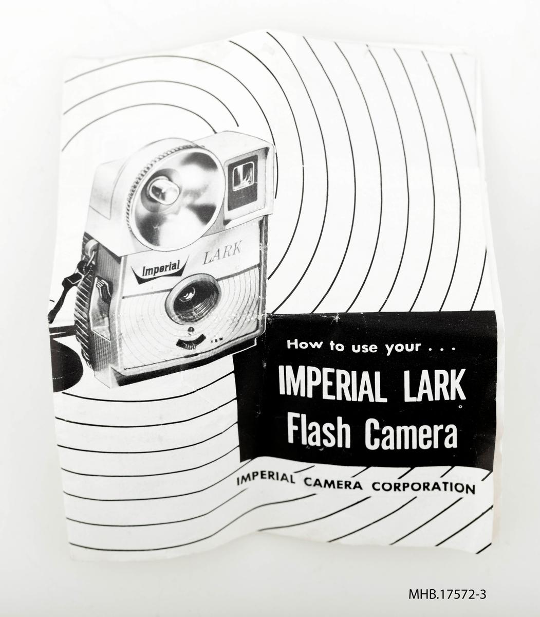 Fotoapparat Imperial Lark flash Camera (filmrull 127 mm) med eske og veiledning. Produksjonssted: USA